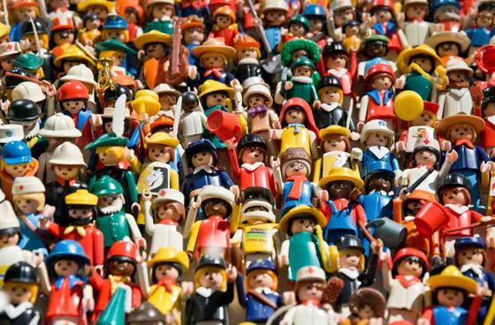 Nuage de personnages playmobiles représentant des consommateurs